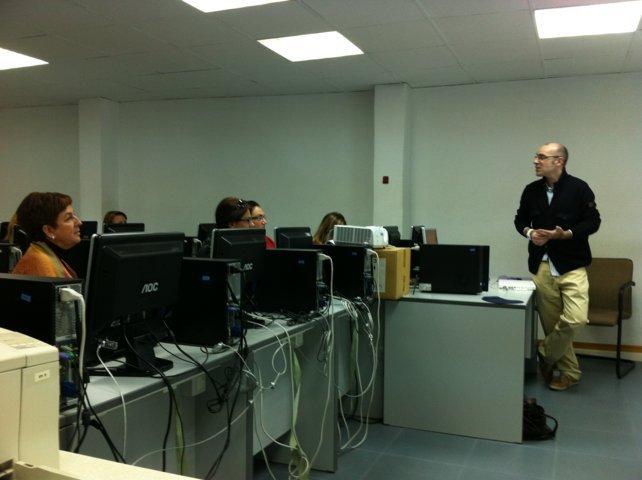 Javier Gomez impartiendo el curso de introducción al community management